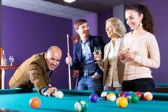 Ομάδα φίλων που παίζουν το μπιλιάρδο Στοκ φωτογραφία με δικαίωμα ελεύθερης χρήσης