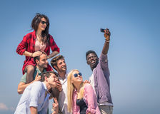Ομάδα φίλων που παίρνουν την αυτοπροσωπογραφία Στοκ Εικόνες