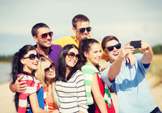 Ομάδα φίλων που παίρνουν την εικόνα με το smartphone Στοκ φωτογραφία με δικαίωμα ελεύθερης χρήσης