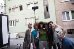 Ομάδα φίλων που παίρνουν την εικόνα τους Στοκ εικόνες με δικαίωμα ελεύθερης χρήσης
