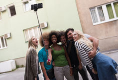 Ομάδα φίλων που παίρνουν την εικόνα τους Στοκ εικόνα με δικαίωμα ελεύθερης χρήσης