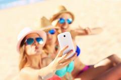 Ομάδα φίλων που παίρνουν selfie στην παραλία Στοκ φωτογραφίες με δικαίωμα ελεύθερης χρήσης