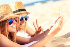 Ομάδα φίλων που παίρνουν selfie στην παραλία Στοκ φωτογραφία με δικαίωμα ελεύθερης χρήσης
