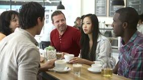 Ομάδα φίλων που συναντιούνται στη καφετερία απόθεμα βίντεο