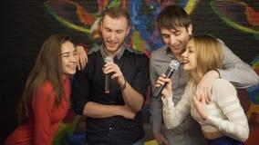 Ομάδα φίλων που τραγουδούν το καραόκε σε ένα νυχτερινό κέντρο διασκέδασης κίνηση αργή απόθεμα βίντεο