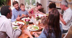 Ομάδα φίλων που τρώνε τη take-$l*away πίτσα και που προσέχουν τη TV απόθεμα βίντεο