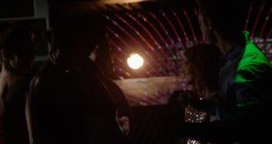 Ομάδα φίλων που χορεύουν στο μπαρ απόθεμα βίντεο
