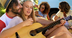 Ομάδα φίλων hipster που παίζουν τη μουσική από κοινού απόθεμα βίντεο