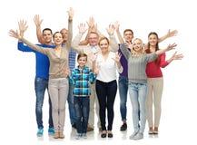 Ομάδα χαμογελώντας ανθρώπων που κυματίζουν τα χέρια στοκ εικόνες