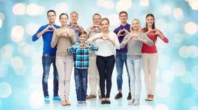 Ομάδα χαμογελώντας ανθρώπων που παρουσιάζουν σημάδι χεριών καρδιών Στοκ Φωτογραφία
