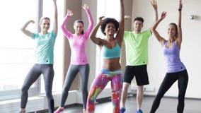 Ομάδα χαμογελώντας ανθρώπων που χορεύουν στη γυμναστική ή το στούντιο φιλμ μικρού μήκους
