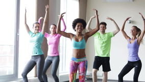 Ομάδα χαμογελώντας ανθρώπων που χορεύουν στη γυμναστική ή το στούντιο απόθεμα βίντεο