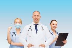 Ομάδα χαμογελώντας γιατρών με την περιοχή αποκομμάτων Στοκ Εικόνες