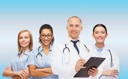 Ομάδα χαμογελώντας γιατρών με την περιοχή αποκομμάτων Στοκ εικόνα με δικαίωμα ελεύθερης χρήσης