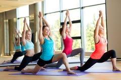 Ομάδα χαμογελώντας γυναικών που τεντώνει στη γυμναστική Στοκ Εικόνα