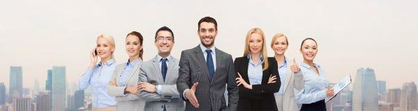 Ομάδα χαμογελώντας επιχειρηματιών που κάνουν τη χειραψία Στοκ εικόνα με δικαίωμα ελεύθερης χρήσης