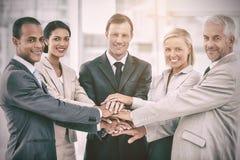 Ομάδα χαμογελώντας επιχειρηματιών που συσσωρεύουν επάνω τα χέρια τους από κοινού Στοκ φωτογραφία με δικαίωμα ελεύθερης χρήσης