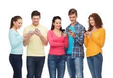 Ομάδα χαμογελώντας εφήβων με τα smartphones Στοκ φωτογραφία με δικαίωμα ελεύθερης χρήσης