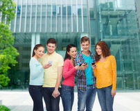Ομάδα χαμογελώντας εφήβων με τα smartphones Στοκ εικόνα με δικαίωμα ελεύθερης χρήσης