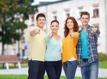 Ομάδα χαμογελώντας εφήβων πέρα από το υπόβαθρο πανεπιστημιουπόλεων Στοκ εικόνες με δικαίωμα ελεύθερης χρήσης