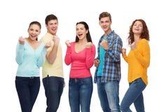 Ομάδα χαμογελώντας εφήβων που παρουσιάζουν χειρονομία θριάμβου Στοκ εικόνα με δικαίωμα ελεύθερης χρήσης