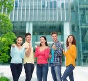 Ομάδα χαμογελώντας εφήβων που παρουσιάζουν χειρονομία θριάμβου Στοκ Εικόνες