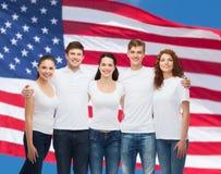 Ομάδα χαμογελώντας εφήβων στις άσπρες κενές μπλούζες Στοκ Εικόνα