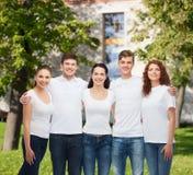 Ομάδα χαμογελώντας εφήβων στις άσπρες κενές μπλούζες Στοκ εικόνα με δικαίωμα ελεύθερης χρήσης