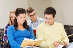 Ομάδα χαμογελώντας σπουδαστών με τα σημειωματάρια Στοκ Φωτογραφία