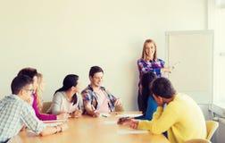 Ομάδα χαμογελώντας σπουδαστών με το λευκό πίνακα Στοκ Φωτογραφία