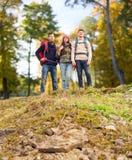 Ομάδα χαμογελώντας φίλων με την πεζοπορία σακιδίων πλάτης Στοκ εικόνα με δικαίωμα ελεύθερης χρήσης