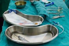 Ομάδα χειρουργικών επεμβάσεων γιατρών στο υπομονετικό νοσοκομείο έκτακτης ανάγκης νοσοκόμων λειτουργούντων δωματίων Στοκ εικόνες με δικαίωμα ελεύθερης χρήσης