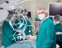 Ομάδα χειρουργικών επεμβάσεων με τα φουτουριστικά εικονίδια υγειονομικής περίθαλψης Στοκ εικόνα με δικαίωμα ελεύθερης χρήσης
