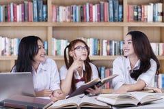 Ομάδα όμορφων κοριτσιών που μελετούν στη βιβλιοθήκη Στοκ Εικόνες