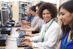 Ομάδα ώριμων σπουδαστών που εργάζονται στους υπολογιστές στοκ φωτογραφίες με δικαίωμα ελεύθερης χρήσης