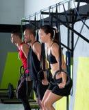 Ομάδα δαχτυλιδιών εμβύθισης Crossfit workout που βυθίζει σε μια σειρά Στοκ Φωτογραφίες
