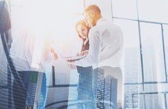 Ομάδα businessmans στην επιχειρησιακή συνεδρίαση Επιχειρησιακή ομάδα στη διαδικασία εργασίας Διπλή έκθεση, κτήριο ουρανοξυστών πο Στοκ Εικόνες