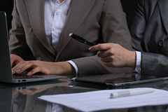 Ομάδα businesspeople ή δικηγόροι στη συνεδρίαση Συγκρατημένος φωτισμός Στοκ Εικόνες