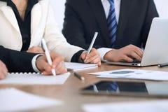 Ομάδα businesspeople ή δικηγόρων που συζητά τα έγγραφα συμβάσεων και οικονομικοί αριθμοί καθμένος στον πίνακα Κινηματογράφηση σε  Στοκ εικόνα με δικαίωμα ελεύθερης χρήσης