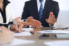 Ομάδα businesspeople ή δικηγόρων που συζητά τα έγγραφα συμβάσεων και οικονομικοί αριθμοί καθμένος στον πίνακα Κινηματογράφηση σε  Στοκ Εικόνες