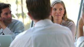 Ομάδα Businesspeople με το lap-top που διοργανώνει τη συνεδρίαση απόθεμα βίντεο