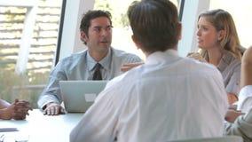 Ομάδα Businesspeople με το lap-top που διοργανώνει τη συνεδρίαση φιλμ μικρού μήκους