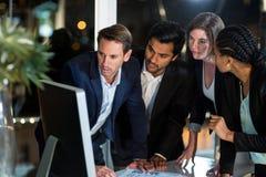 Ομάδα businesspeople που εξετάζει τον υπολογιστή Στοκ εικόνα με δικαίωμα ελεύθερης χρήσης