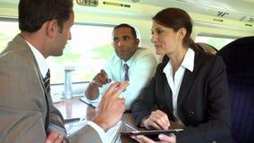 Ομάδα Businesspeople που διοργανώνει τη συνεδρίαση για το τραίνο φιλμ μικρού μήκους