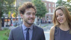 Ομάδα Businesspeople που περπατά μέσω του πάρκου πόλεων από κοινού απόθεμα βίντεο