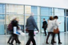 Ομάδα Businesspeople που περπατά στο νέο κτίριο γραφείων, κίνηση Β Στοκ εικόνα με δικαίωμα ελεύθερης χρήσης