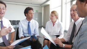 Ομάδα Businesspeople που συζητά το έγγραφο από κοινού απόθεμα βίντεο
