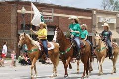 Ομάδα 4H αναβατών στην πλάτη αλόγου σε μια παρέλαση στη μικρού χωριού Αμερική Στοκ Εικόνες