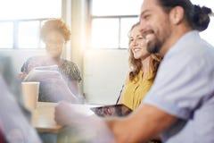 Ομάδα Unposed δημιουργικών επιχειρηματιών σε ένα ανοικτό 'brainstorming' γραφείων έννοιας το επόμενο πρόγραμμά τους Στοκ φωτογραφίες με δικαίωμα ελεύθερης χρήσης
