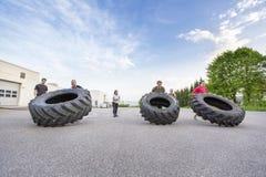 Ομάδα Workout που κτυπά τις βαριές ρόδες υπαίθριες Στοκ φωτογραφίες με δικαίωμα ελεύθερης χρήσης